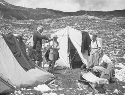 menschen in einem Zeltlager