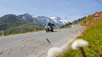 Ein Motorradfahrer auf der Großglockner Hochalpenstraße
