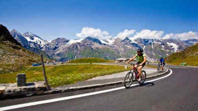 Radfahrer vor der Gebirgskulisse