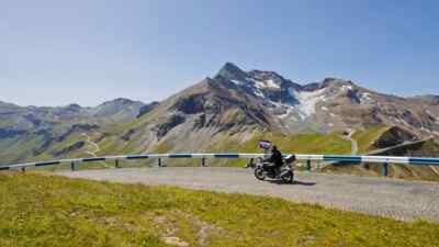 Motorradfahrer vor der Edelweißspitze