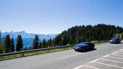 Auto auf der Alpenstrasse