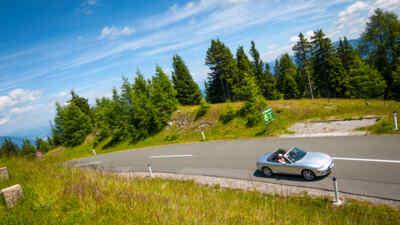 Auto sulla strada alpina