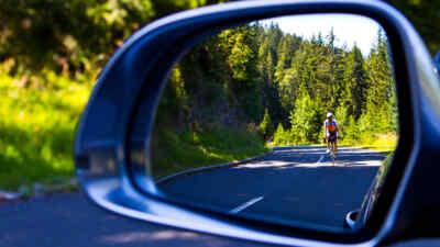 Radfahrer im Rückspiegel